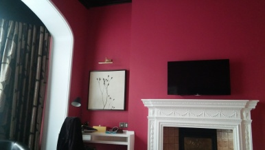 I loved those pictures and the fact, they had the courage for this wall colour. It's wonderful!